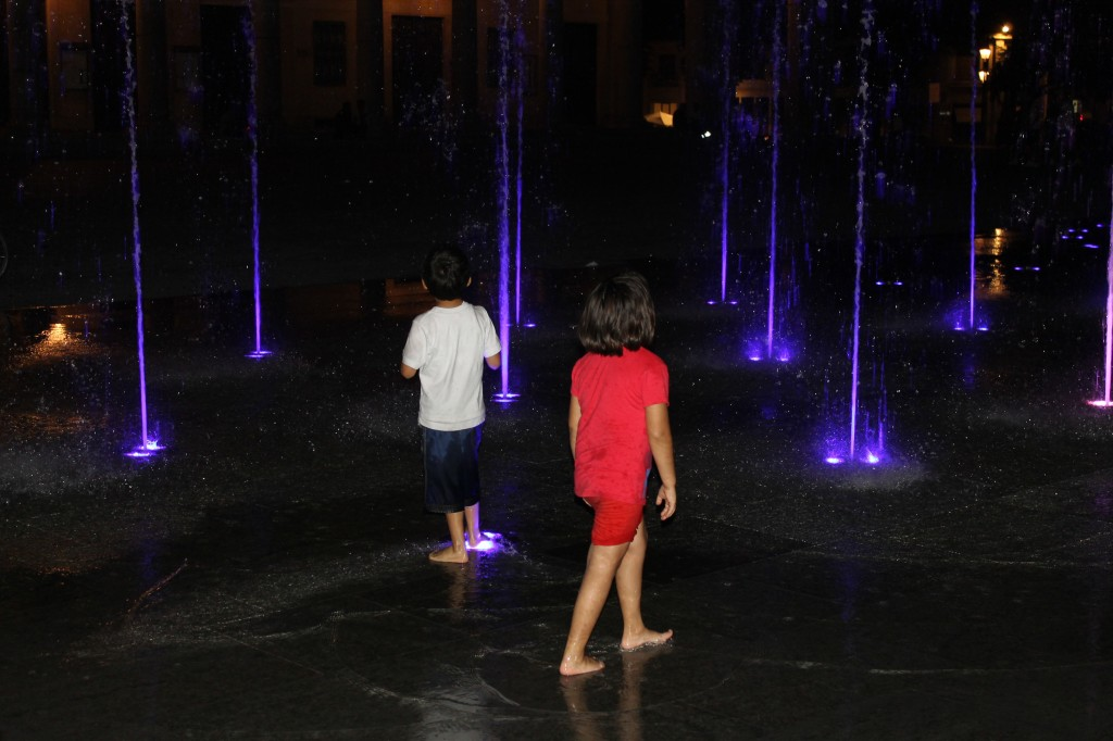 Den spektakulära fontänen på Piazza dei Teatro fascinerar både barn och vuxna.