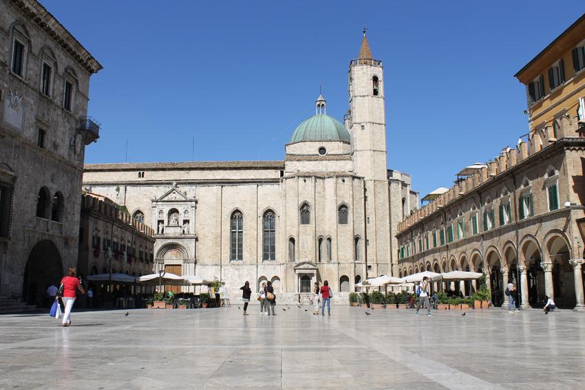 Piazza del Popolo i Ascoli Piceno – ett av Italiens vackraste torg.