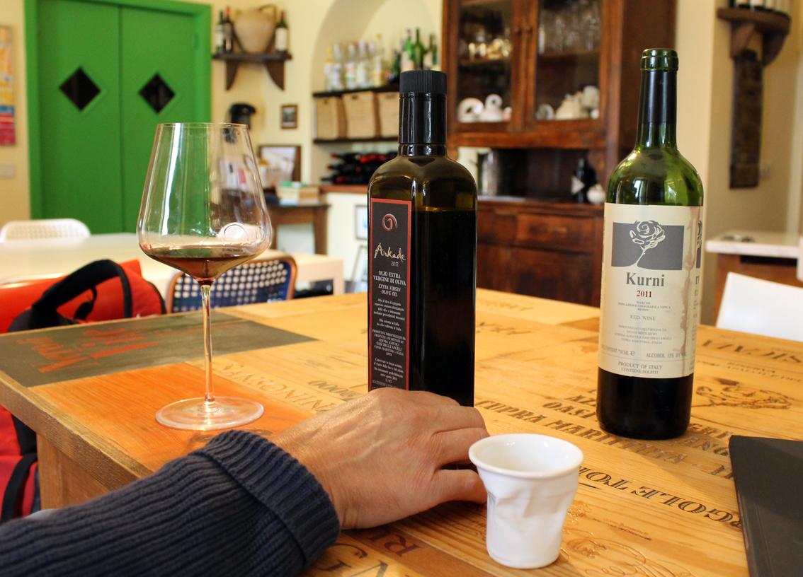 Kurni årgång 2011 överfaller oss med smak och dofter. På gården tillverkas också ekologisk olivolja av högsta kvalitet.